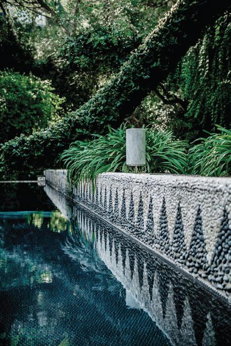 Beton ist ein modernes Material, das mittlerweile auch in der Innenarchitektur Einzug gehalten hat. Es ist wetterfest und entwickelt im Freien eine eigene, graue Patina
