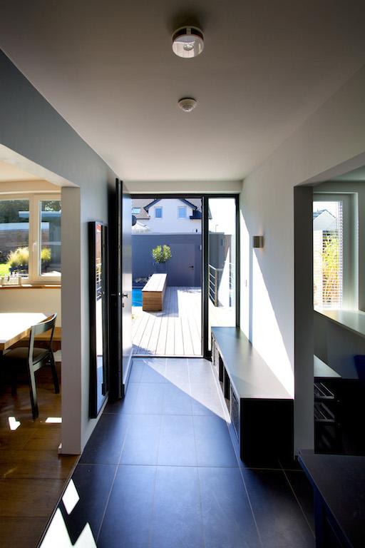 An den Decken sind vernetzte Präsenzmelder installiert. Diese fungieren in Verbindung mit Fenster-/ Türkontakten und dem Gira HomeServer als Alarmanlage. Die Gira Rauchwarnmelder (vorn im Bild) alarmieren bei Brand und Rauchbildung