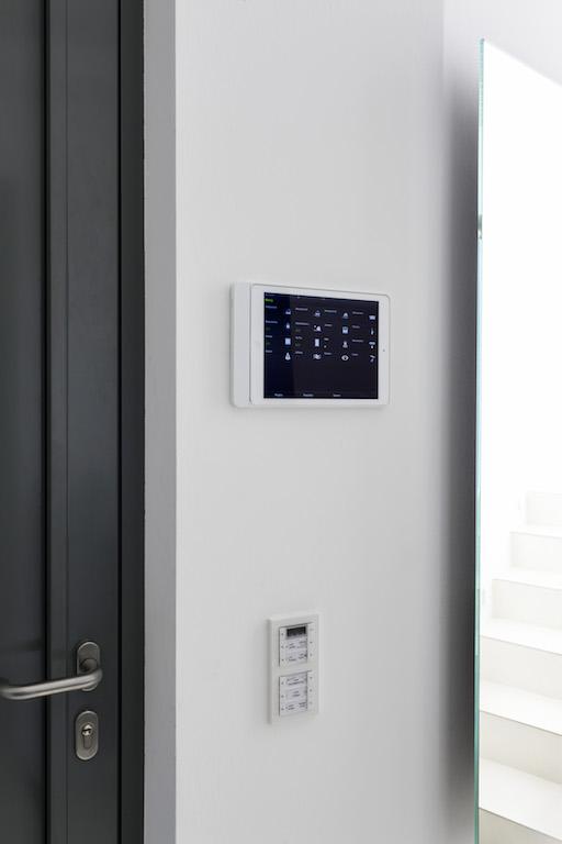 Das Smart Home ist gerüstet für die Zukunft: Die Haustechnik ist via KNX vernetzt, alle Komponenten lassen sich zentral und im Verbund miteinander steuern. Die Steuerzentrale im Hintergrund ist ein Gira HomeServer, bedient wird u.a. über iPad