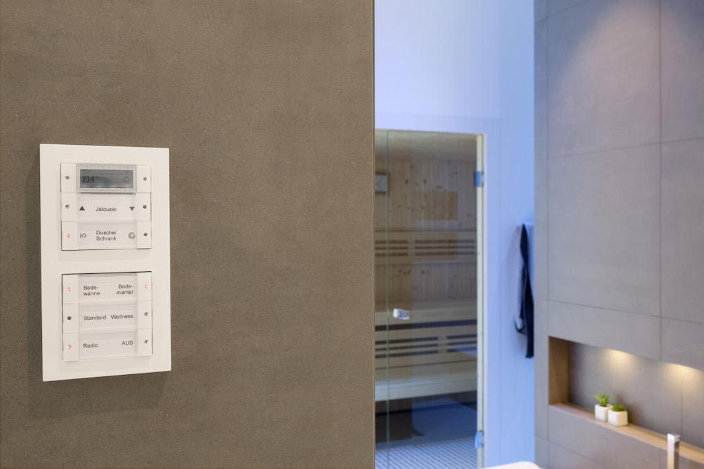 Auf Gira Tastsensoren im Schalterdesign Gira E2 lassen sich Heizung und Jalousien bedienen, Lichtszenen sowie das Gira Unterputz-Radio aktivieren – alles über einen intelligenten Schalter, der bei Bedarf auch umprogrammiert werden kann