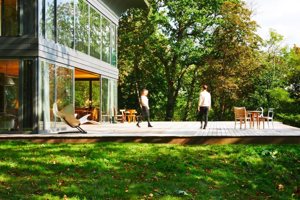 Die zweigeschossige Variante bietet im Erdgeschoss einen großzügigen Wohnbereich, der durch eine Terrasse wie im Bild natürlich noch an Wirkung gewinnt