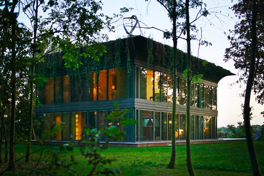 Die Dachvariante Cornice bietet nicht nur eine interessante Optik, sie verbirgt auch die Solarpanels und lässt sich begrünen