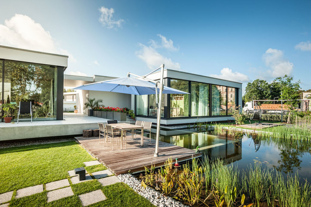 Fotos: Meyerfoto | Haus am See: Der Schwimmteich ist Blickfang und Mehrwert zugleich