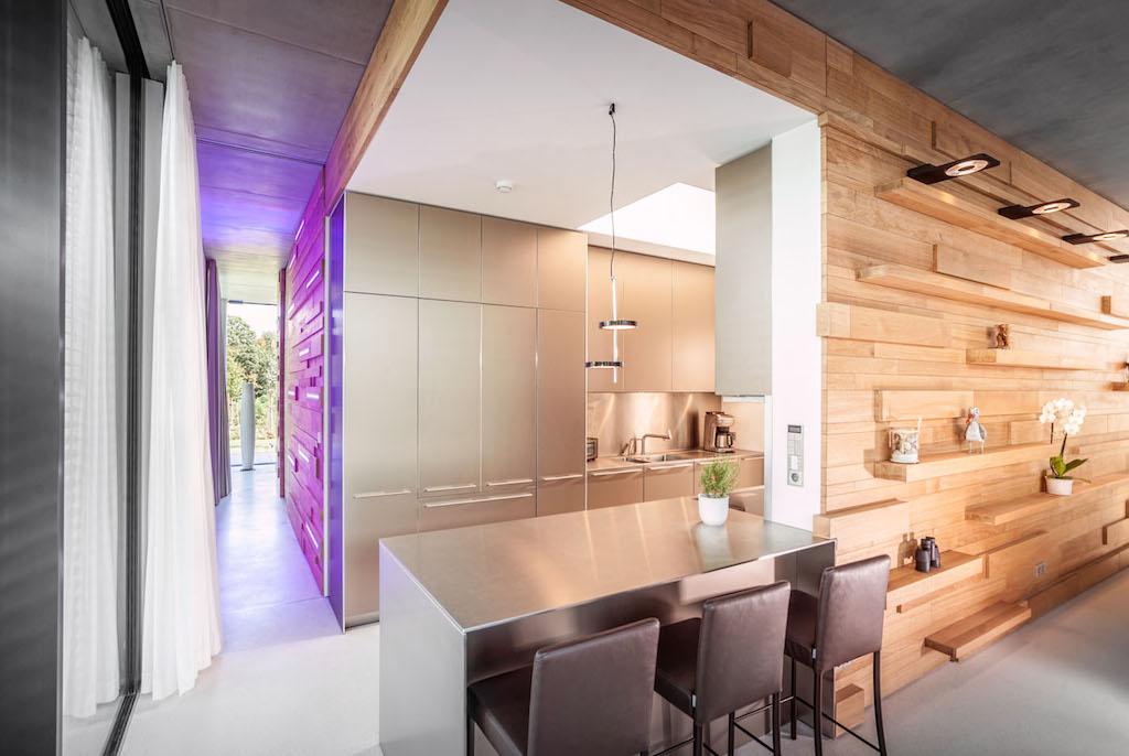Fotos: Meyerfoto | Die Küche im Kern eines der Kuben, spielt mit den kontrastierenden Materialien Holz und Metall