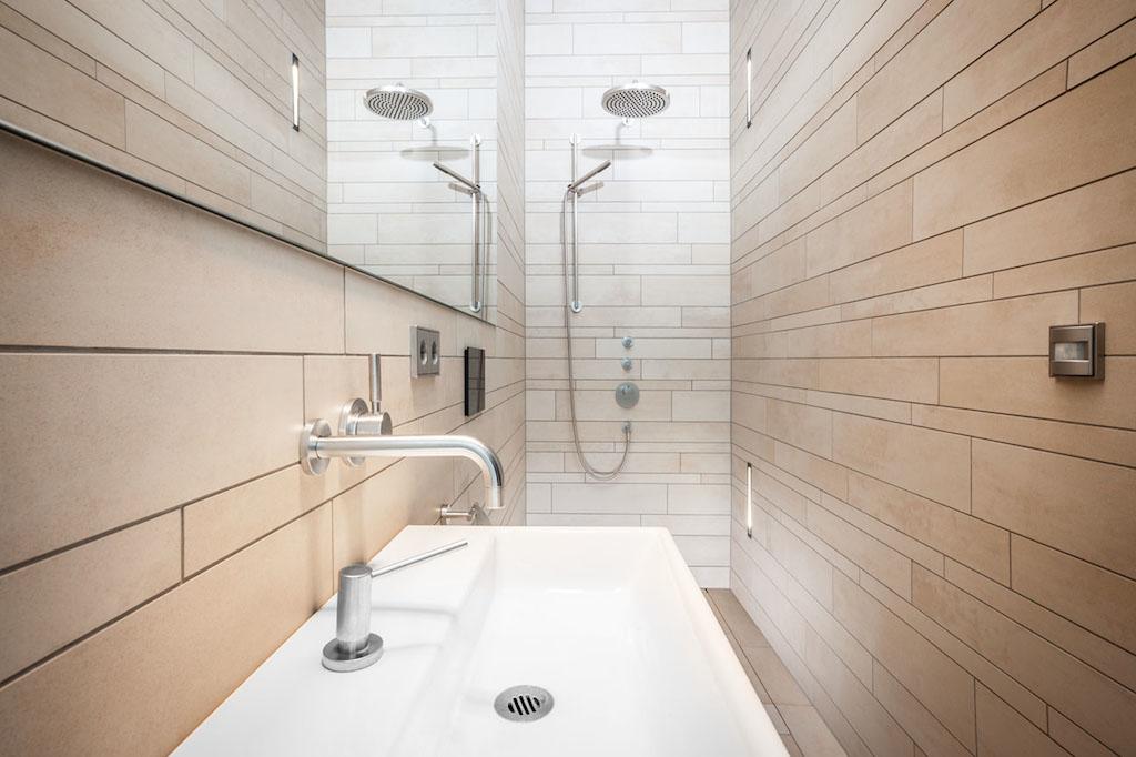 Fotos: Meyerfoto | Bewegungsmelder im Bad gehören zu den Komfortmerkmalen der Installation
