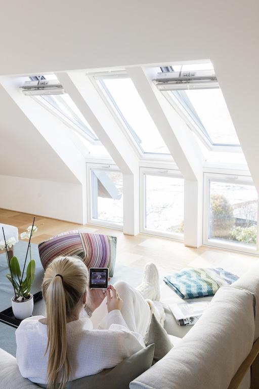 Die Dachfenster von Velux sind motorisch, holen sich ihre Energie aus integrierten Solarpanels und schließen sowie verschatten sich sowohl automatisch als auch auf Befehl des zugehörigen Controlpads