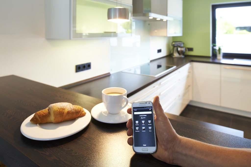 Natürlich lässt sich die komplette Haustechnik auch aus der Distanz steuern