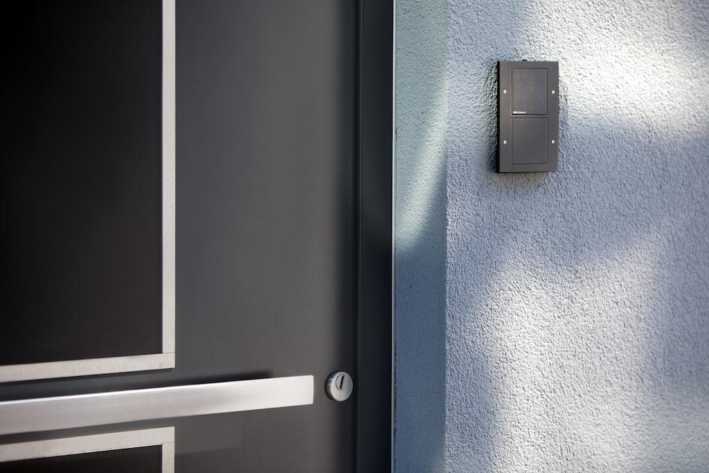 Ihre Türen öffnen die Marmanns mit Eingabe einer Ziffernkombination über die Gira Keiles In Codetastatur im Schalterdesign TX_44