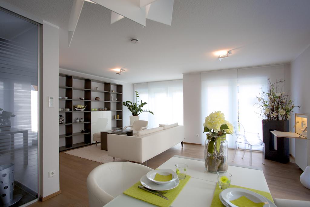Elegante Möbel und Accessoires, unterschiedliche Bodenbeläge und Beleuchtungsszenarien sind zu sehen