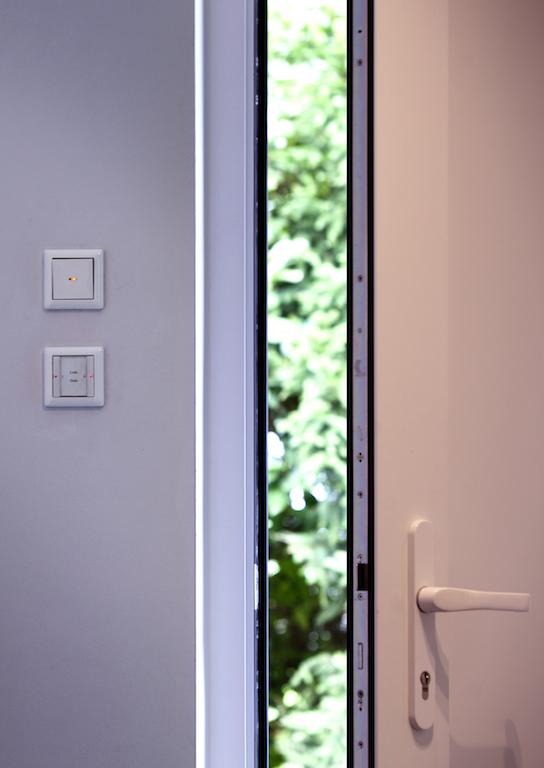 Über einen Hauptschalter am Eingang wird das gesamte Musterhaus mit einmal ausgeschaltet: Beleuchtung und definierte Steckdosen werden deaktiviert – das spart Zeit und Strom und sorgt für Sicherheit. Beim Ankommen wird ebenso einfach alles wieder in Betrieb gesetzt