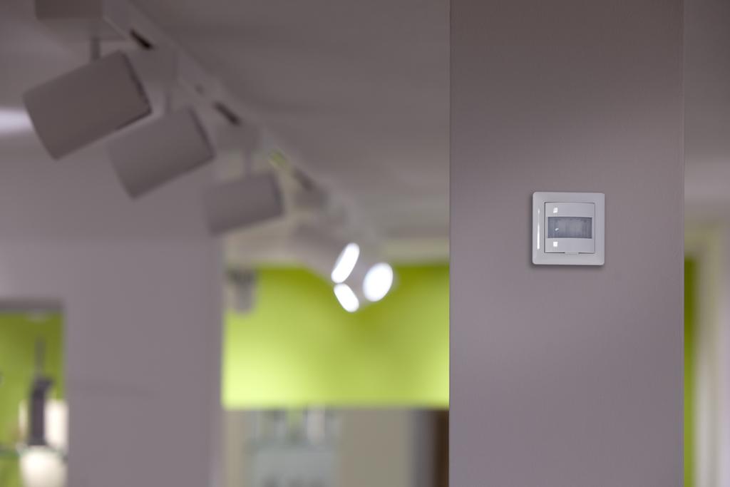 Im Treppenhaus sowie in der Badausstellung im Untergeschoss schalten Gira Präsenzmelder die Beleuchtung automatisch nach Bedarf ein und aus
