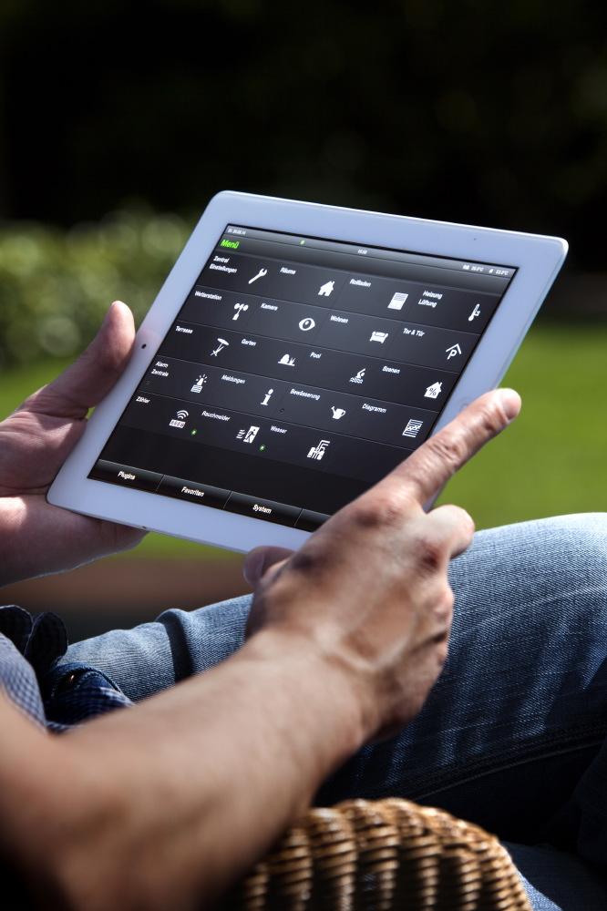 Dank Gira HomeServer App läuft die Visualisierung und Bedienung des smart homes auch mobil übers Tablett oder Smartphone, daheim und von unterwegs aus