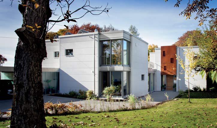 Die Fassade ist mit großformatigen Porenbetonplatten verkleidet, Highlight über dem Eingang ist eine Cortenstahl-Fassade von Johannes Englmeier mit charakteristischer Rost-Patina