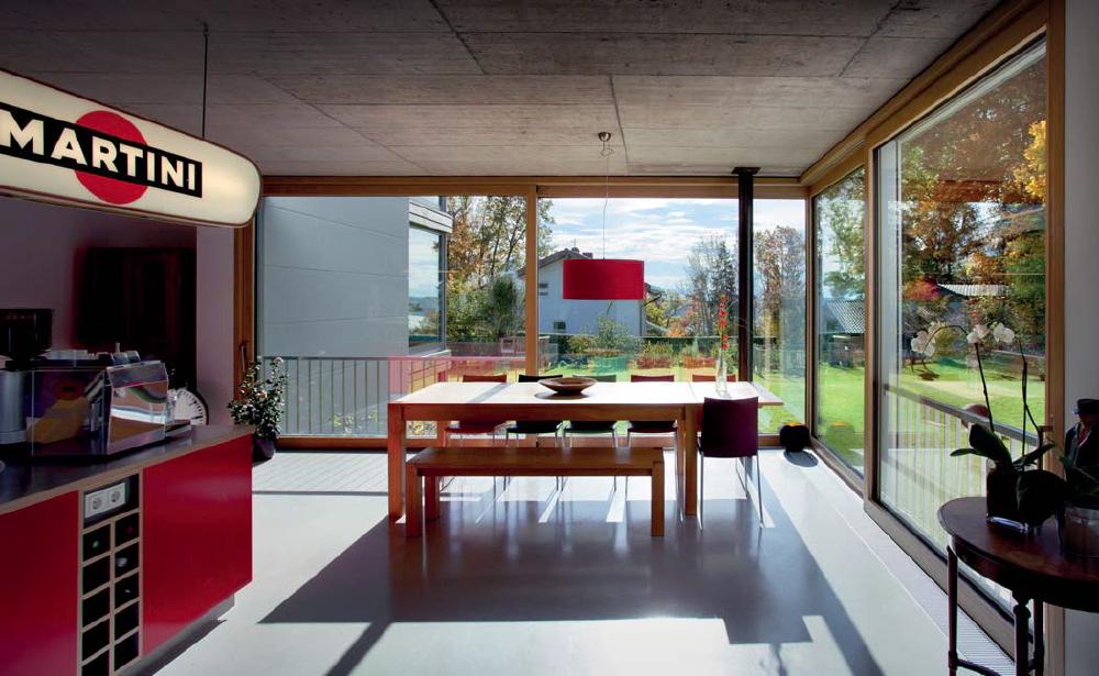 Die Küche ist das Zentrum des Hauses: Es verbindet beide Wohn-Kuben und ist beliebter Aufenthaltsplatz für alle. Eine professionelle Kücheneinrichtung aus Edelstahl und pflegeleichte Böden lassen schon das Kochen zum Genuss werden
