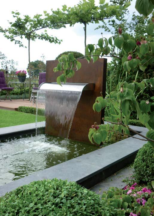 Die Wasserstele 'Mekong' ist das Highlight im Garten