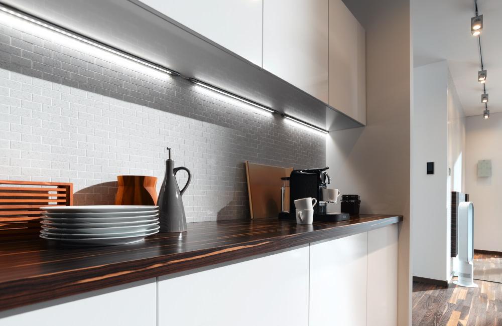 Die LED-Beleuchtung über der Küchenzeile stammt wie alle Leuchten in der Produktion von Paulmann