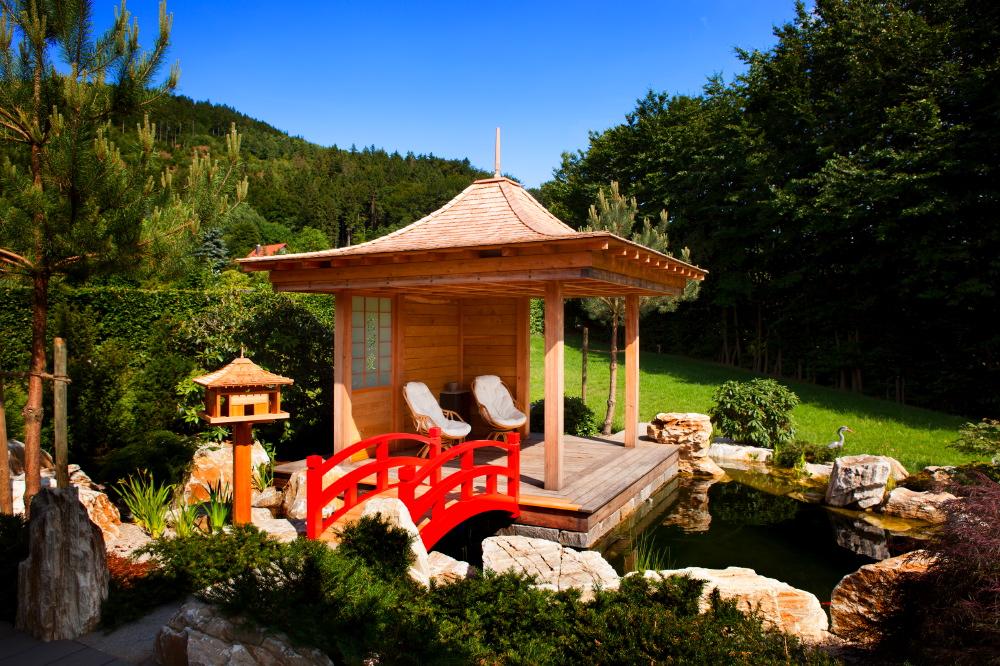 Die Pagode, die Brücke und das Vogelhaus sorgen für asiatisches Flair im Garten. Mit viel Liebe zum Detail wurde diese von der Firma Naturform aus Waldau/Neudrossenfeld gestaltet