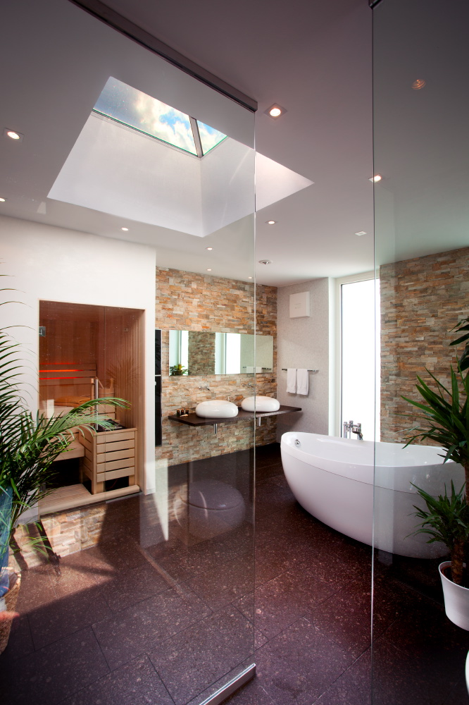 Sonnig hell ist das Bad mit einem integrierten Oberlicht in der Decke