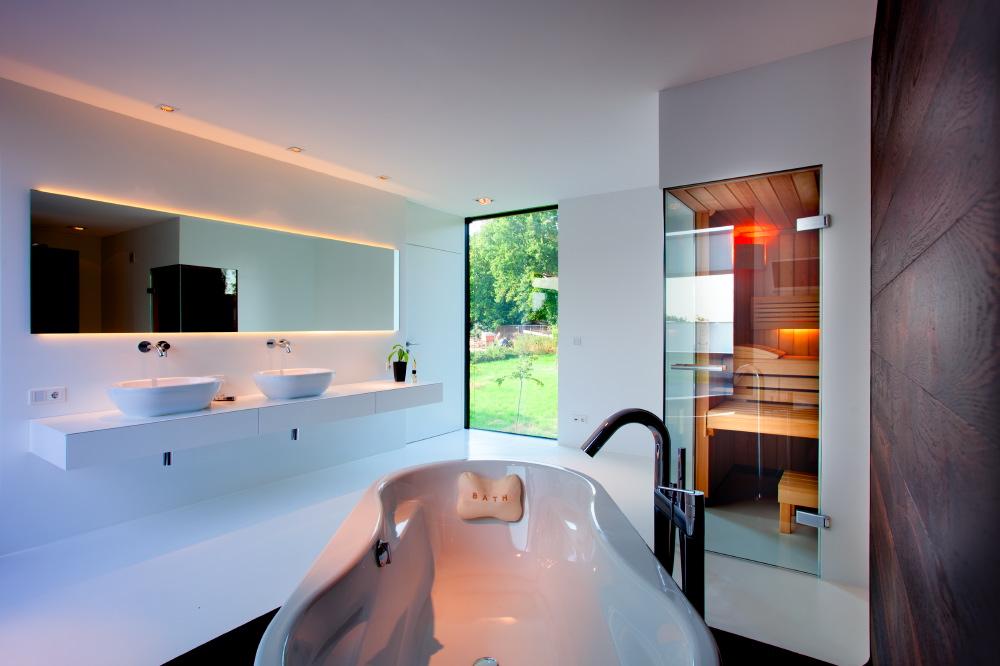 Im Obergeschoss ist mit dem Badezimmer die ganz private Wellness-Oase entstanden mit freistehender Badewanne, Sauna, zwei Waschtischen und dem Blick in den Garten