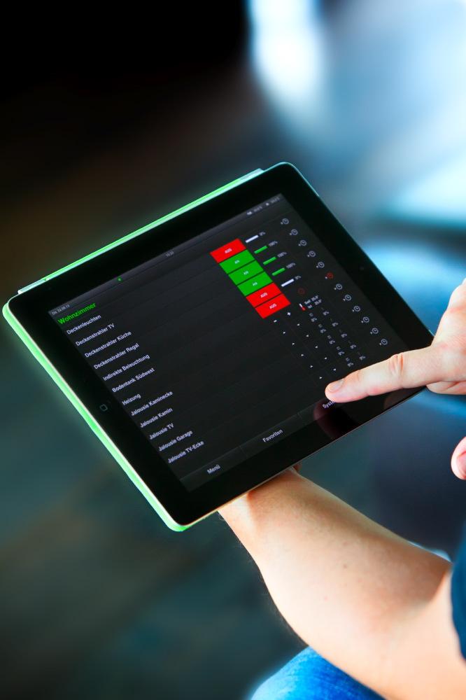 Die gesamte Gebäudetechnik ist verknüpft über ein KNX System, die zentrale Steuereinheit dahinter ist der Gira HomeServer. Bedienen lässt sich alles bequem übers iPad – beispielsweise Jalousien, Heizung und Licht