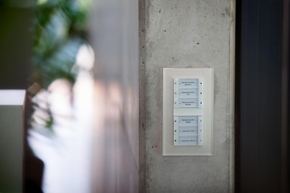 Auf den Gira Tastsensoren im Schalterdesign Esprit Glas Weiß lassen sich unterschiedliche Funktionen und Szenen ablegen, bspw. eine Kinoszene mit reduzierter Beleuchtung und geschlossenen Jalousien
