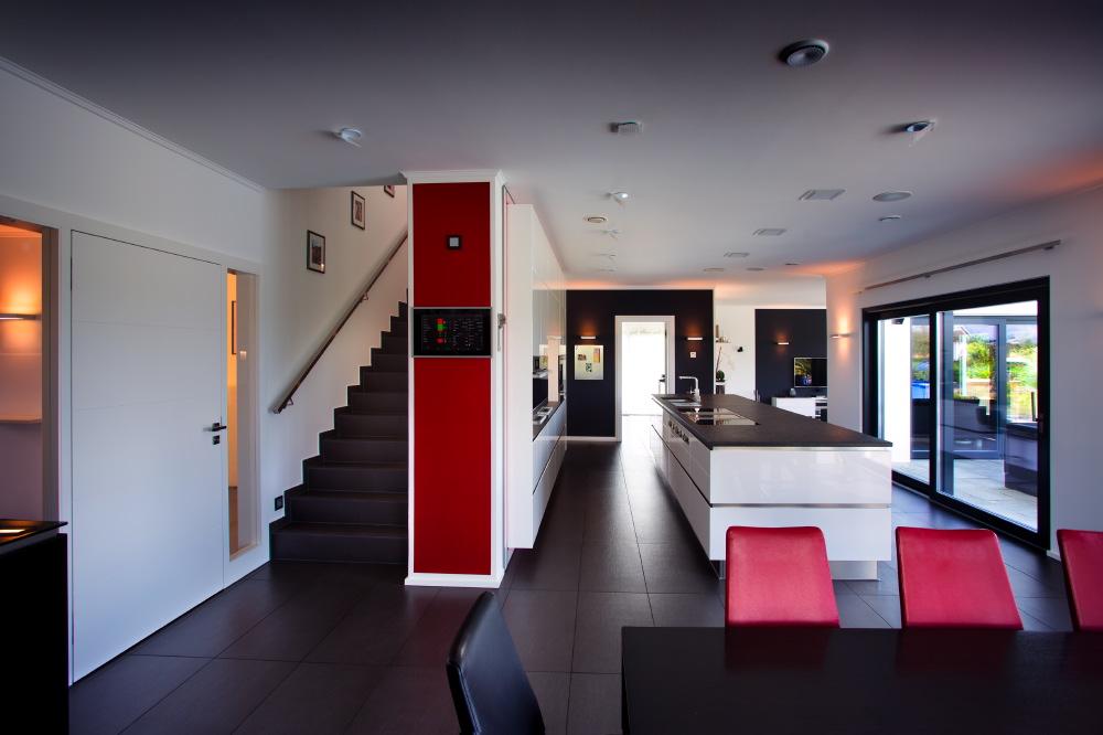 Im Erdgeschoss befindet sich ein großer Wohn- und Essbereich mit einer Küche, die auch das Zentrum des Familienlebens ist