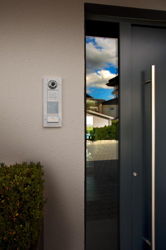 Das Videobild der Gira Türstation wird ins Innere des Hauses auf die Touchpanel übertragen. Die Familie kommt einfach mittels Gira KeylessIn Fingerring ins Haus, die Kinder können ihren Schlüssel also in Zukunft nicht mehr verlieren