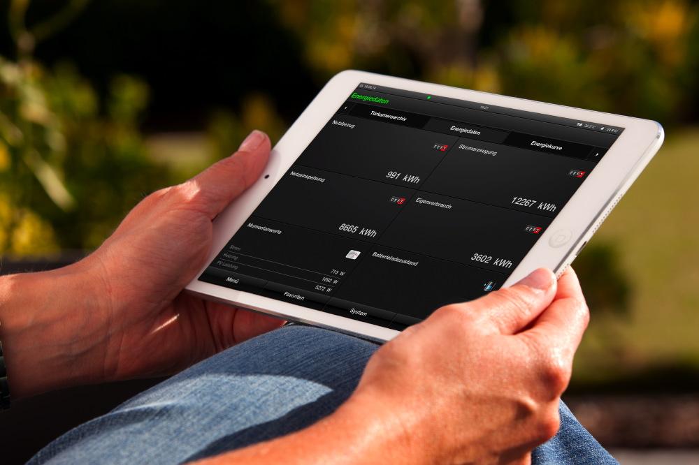 Sämtliche Funktionen und Komponenten des Hauses lassen sich dank einer speziellen Gira-Homeserver-App über die mobilen Geräte wie Tablet oder Smartphone steuern. Auch Energiekennzahlen sind dort jederzeit einsehbar