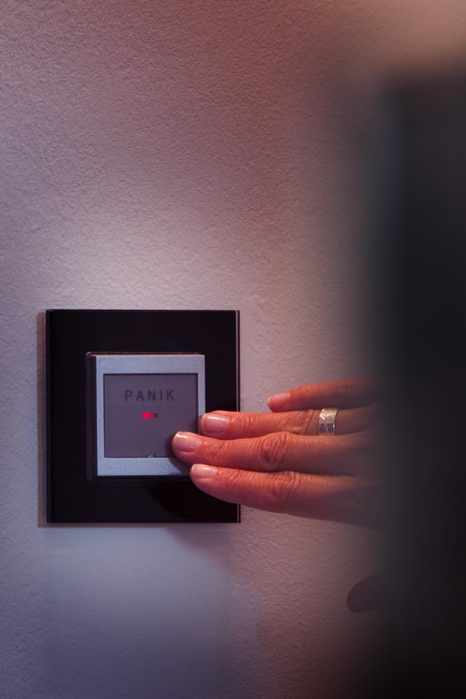 Mit dem Panikschalter werden alle Leuchten im Haus und Garten aktiviert und potenzielle Einbrecher verschreckt. Im gesamten Haus wurde das Gira Schalterprogramm Esprit Glas Schwarz verwendet