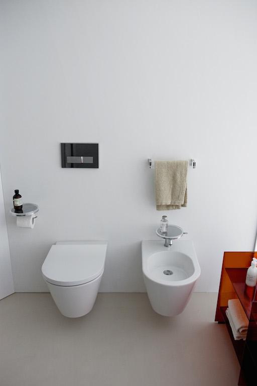 Die beiden wandhängenden Elemente WC und Bidet der Kollektion 'Kartell by Laufen' wirken dank ihrer konischen Form so leicht und luftig wie die komplette Kollektion
