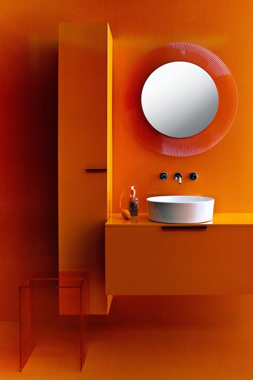 Der runde Spiegel ist von einem plissierten Rahmen umgeben, der ein abwechslungsreiches Farb- und Lichtspiel kreiert