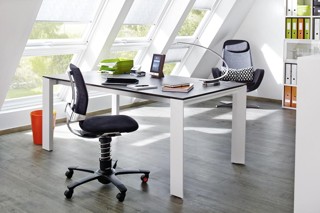 Mit der ON TABLE CONSOLE kann das 7'' Multi-Touchdisplay auf dem Tisch, Sideboard oder Empfangstresen Platz finden. Immer griffbereit, um alle Raumfunktionen und Musik zu steuern oder Anrufe der Türsprechaußenstation anzunehmen