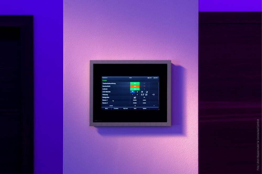Touchscreens sind heutzutage die intuitivste und umfangreichste Möglichkeit zur Steuerung eines intelligenten Zuhauses, sei es ein eingelassenes iPad oder das hochintelligente Display von Gira