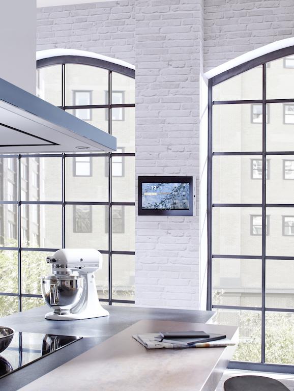 Visualisieren Sie Ihre Elektroanlage intuitiv und einfach mit dem KNXSERVER und einem Touchpanel an der Wand