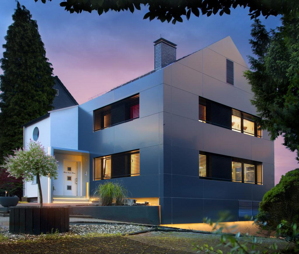 Die neue Alucobond-Fassade macht das Haus zu einem ausgefallenen Schmuckstück, dank klarer Linienführung und sauberer Symmetrie. Durch die Beleuchtung scheint die Fassade auf der Hauswand zu schweben.