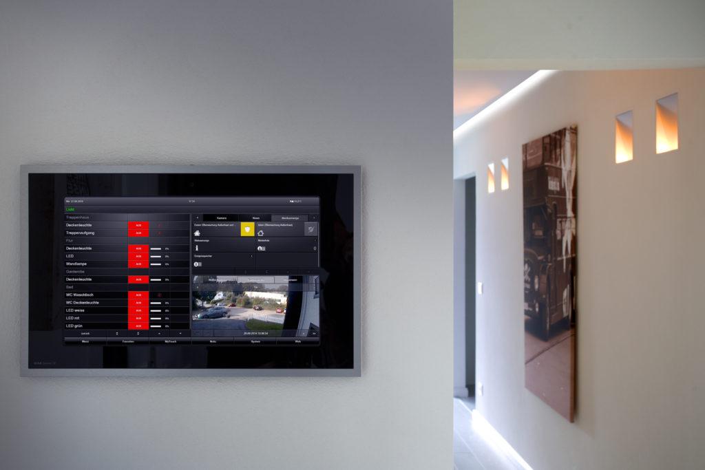 Alle Komponenten der Gebäudetechnik lassen sich zentral am Gira Control 19 Client bedienen: etwa Beleuchtung, Heizung, Jalousien. Zudem erscheint hier das Bild der Gira Türkommunikation