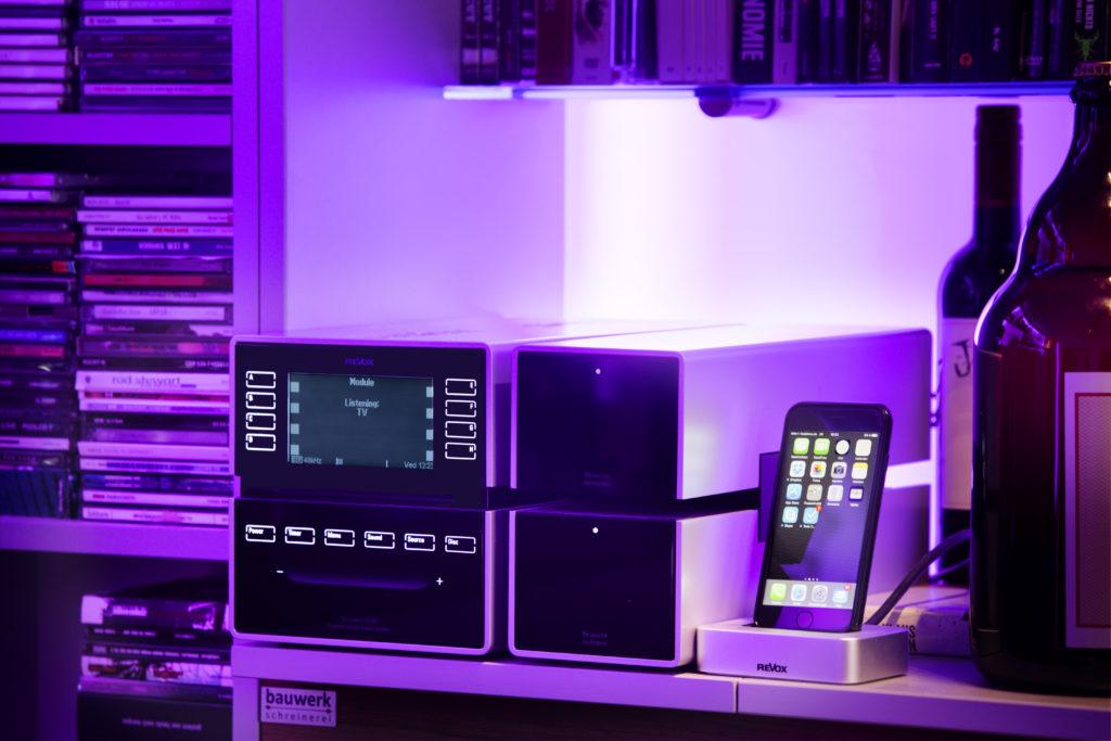 Selbst die Audioanlage ist in die Gebäudetechnik eingebunden: Multiroom Zentrale ist der Revox M100 mit Multimedia Modul fürs Internetradio