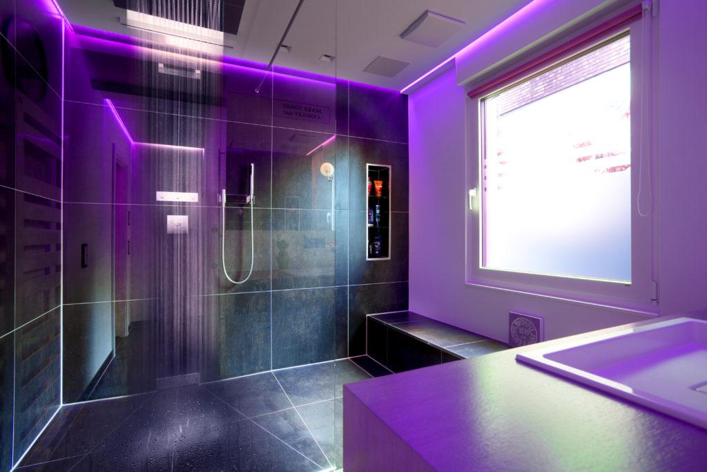 """Farb- und Lichtszenen inszenieren das Bad emotional und ganz individuell nach Stimmungslage. Die Dornbracht Dusche """"Big Rain"""" berührt mit individuellen Szenarien die Sinne"""