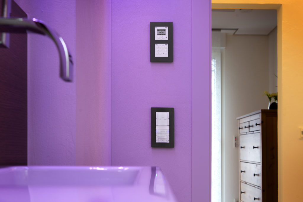Auf den Gira Tastsensoren sind definierte Szenen abgelegt. Mit der Revox Bedieneinheit (oben), ebenfalls im Gira Schalterdesign, wird die Musik oder der Radiosender gewählt