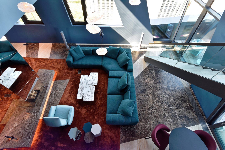Blick von der Galerie: Die beeindruckende Raumhöhe lässt die Architektur richtig zur Geltung kommen