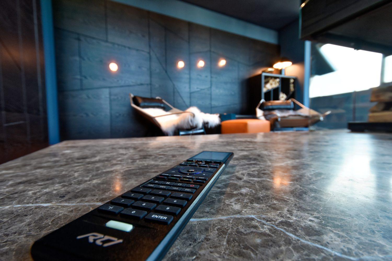 Für einfachste Bedienung kommt im Wohnraum eine Fernbedienung für das RTI-System zum Einsatz