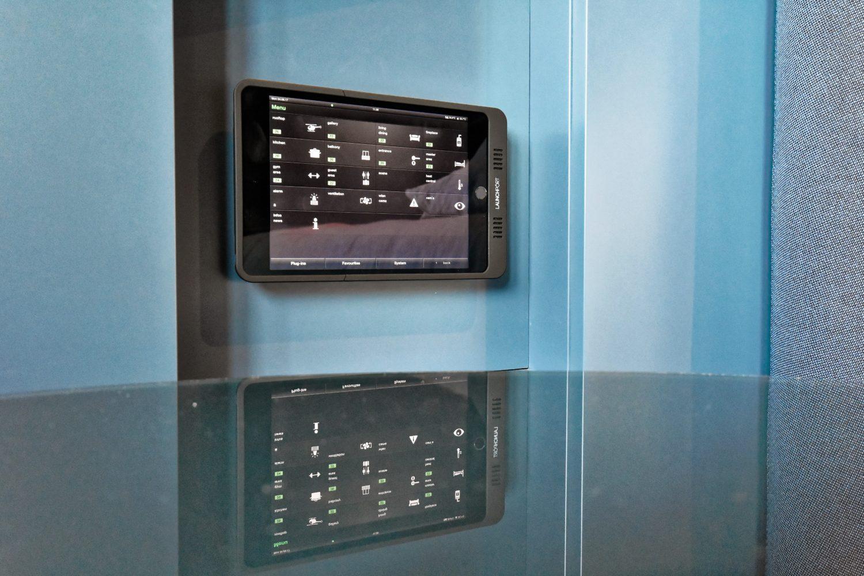 Neun iPads sind insgesamt im Objekt verteilt, so hat man von überall aus Zugriff auf alle Funktionen