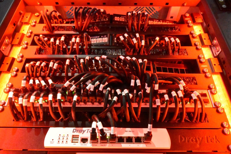 Technik inszeniert: Statt versteckt im Rack kommen die Komponenten hier bestens zur Geltung
