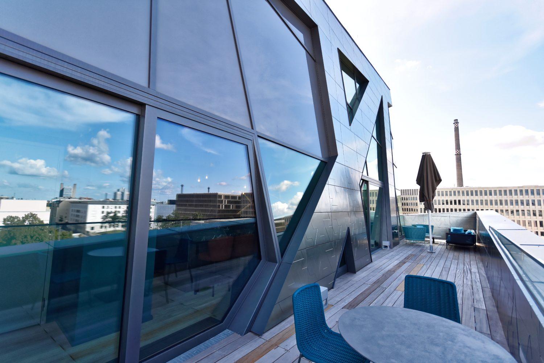 The Great Outdoors: Die Terrasse entlang Küche und Wohnraum bietet nachmittags beste Sonnenuntergangsstimmung