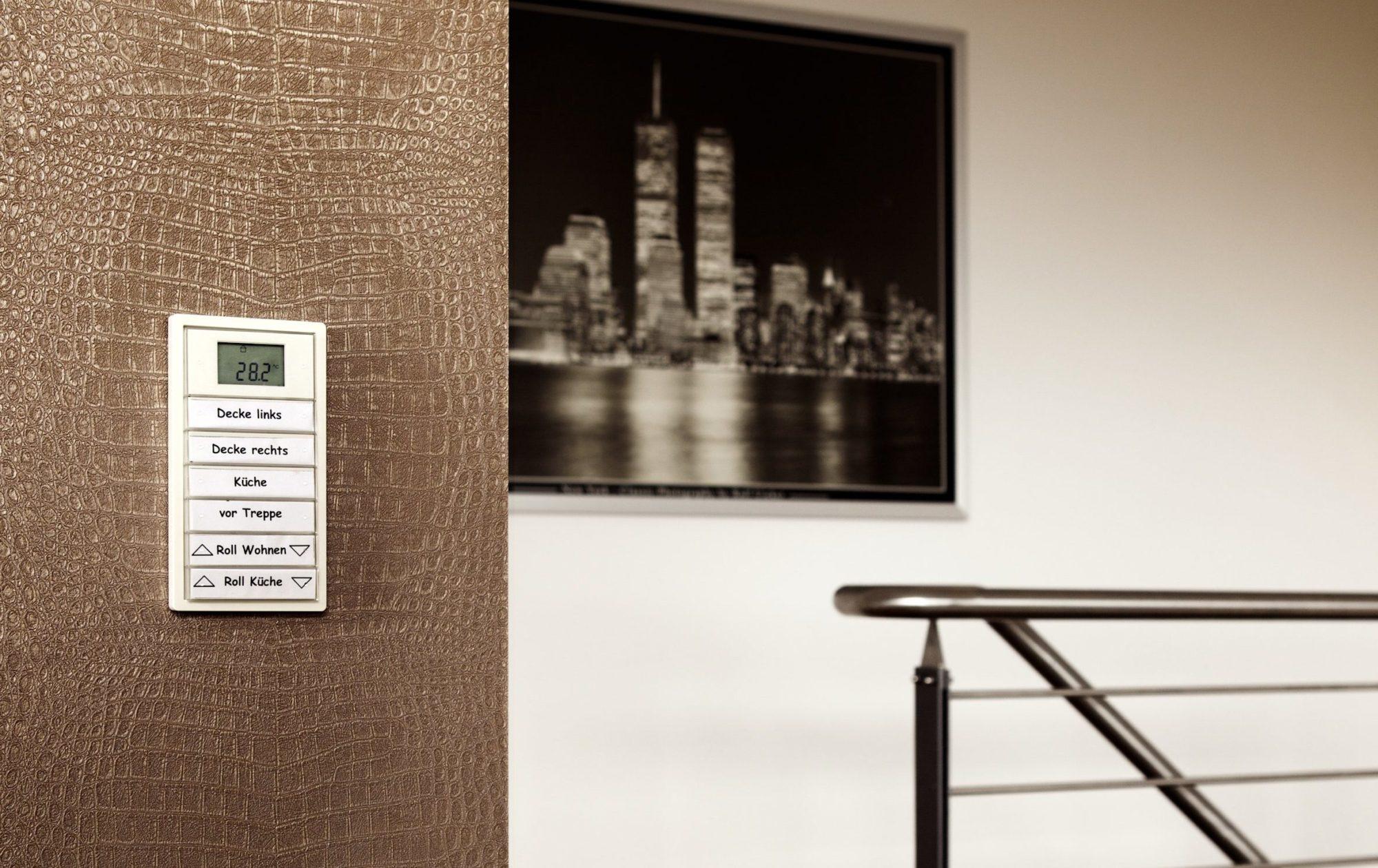 Über Tastsensoren - hier im Gira Flächenschalterprogramm - lassen sich individuelle Beleuchtungsszenen mit einem Tastendruck abrufen. Es lassen sich auch Jalousien oder die Heizung integrieren