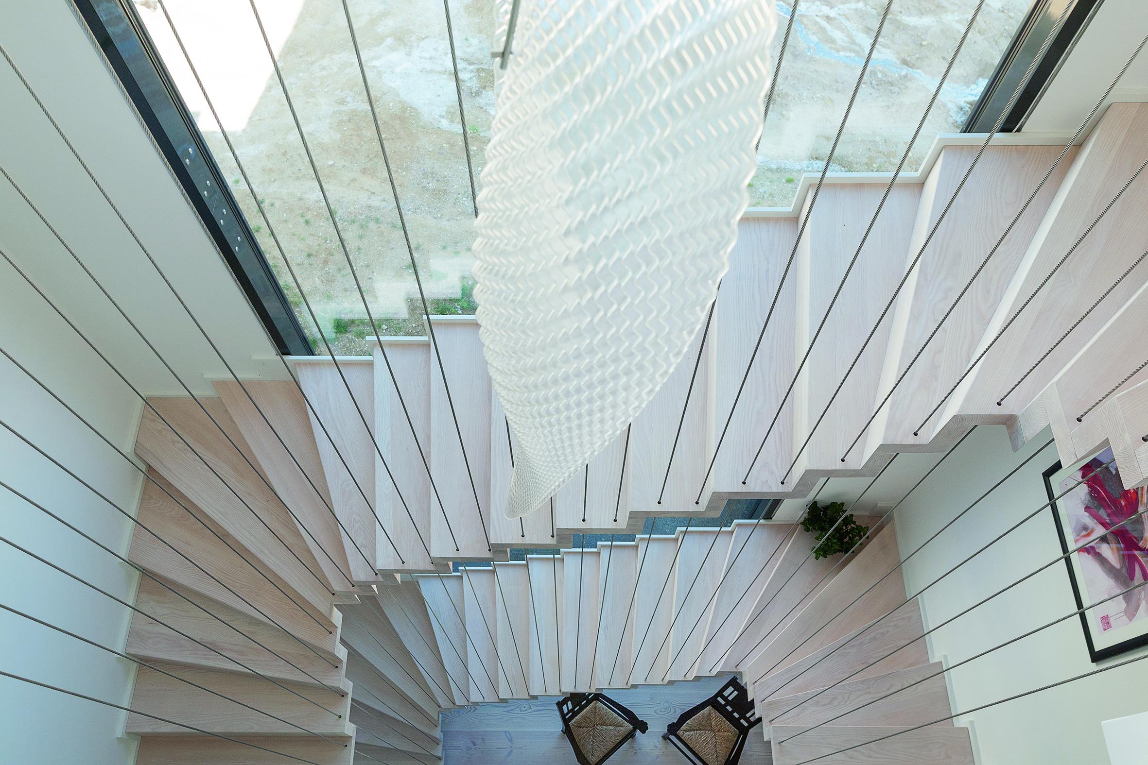 Die durchgehende Verglasung über alle Etagen lässt viel Licht ins Innere