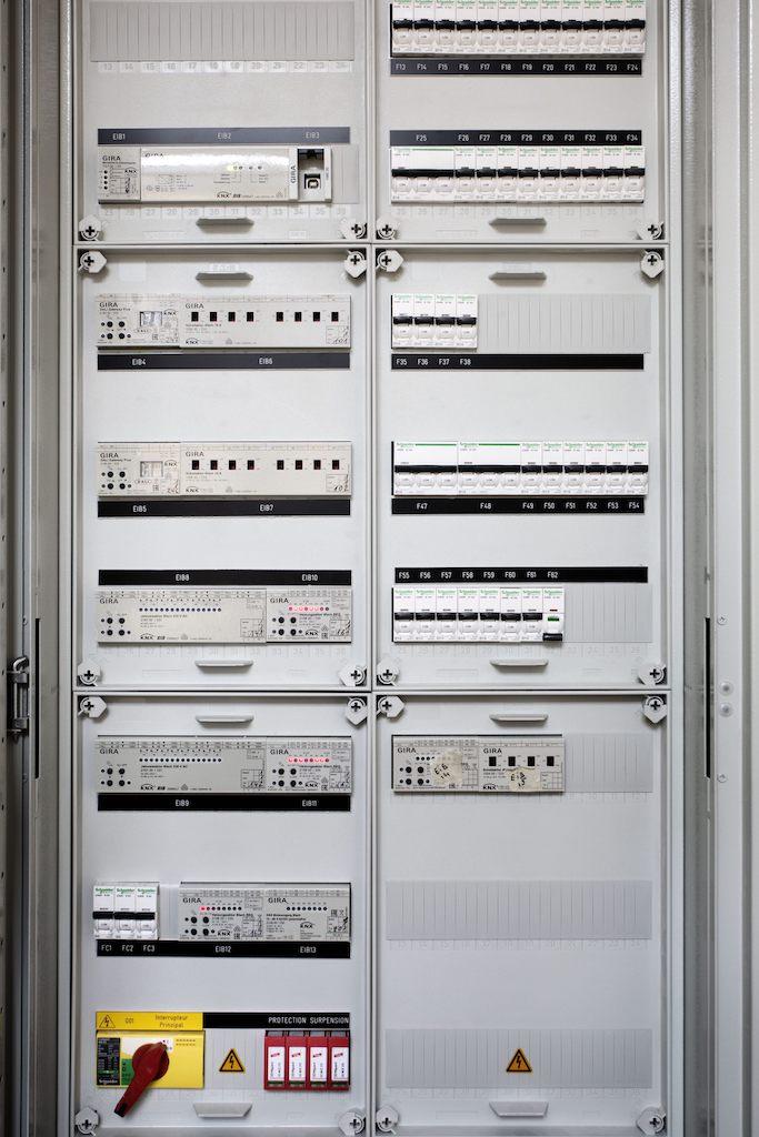 20-mal Technik hinter der Technik, nicht wirklich attraktiv anzuschauen, lässt sich einfach in einem Schrank verstecken