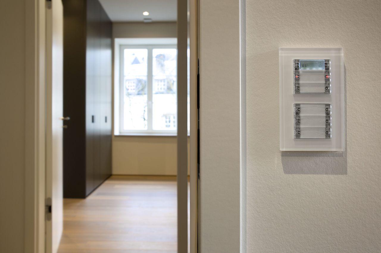 Beschriftete Tastsensoren von Gira erleichtern die Bedienung der Raumtechnik