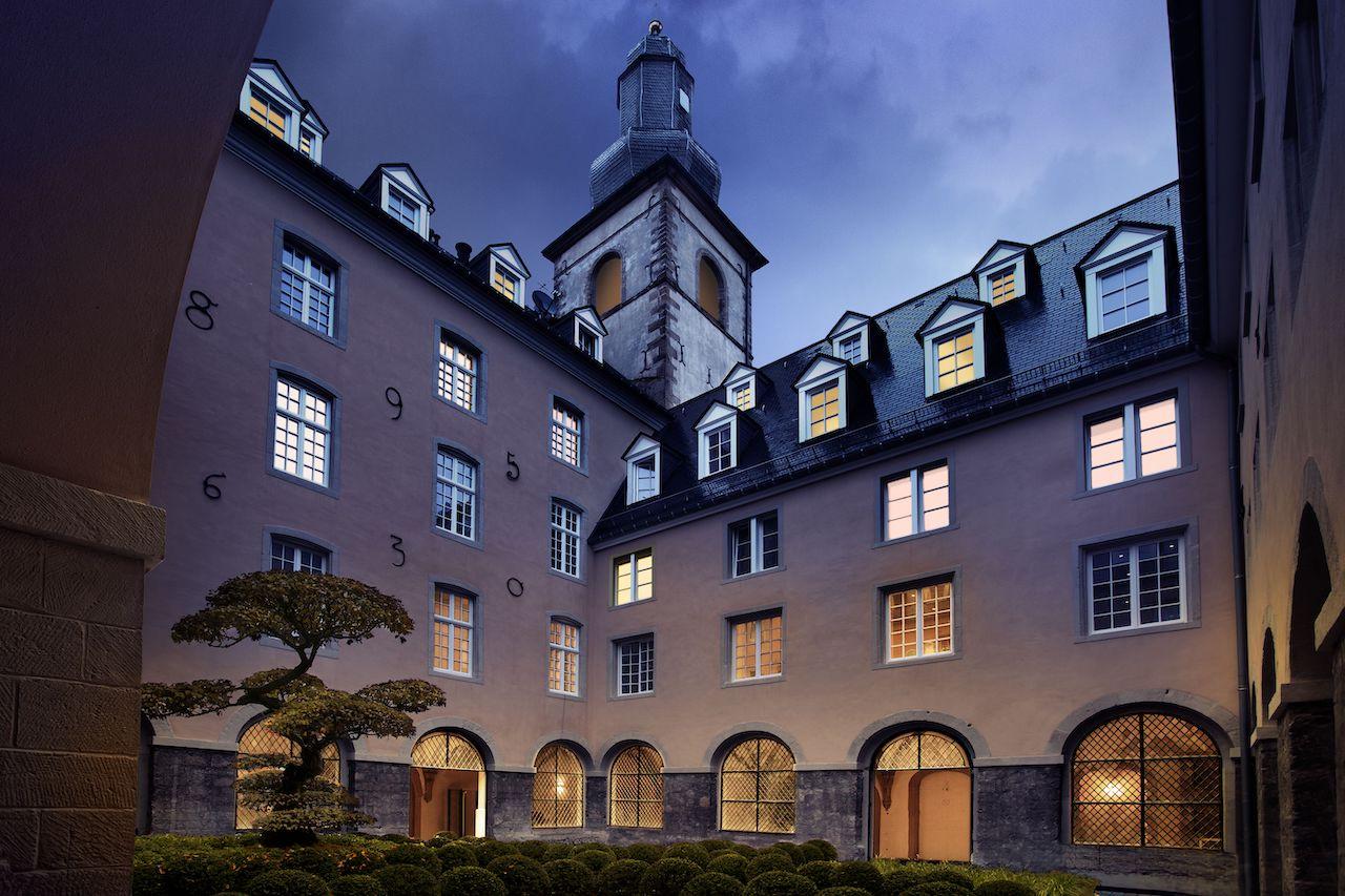 Die in den Hang gebaute Klosteranlage verfügt über eine Fläche von ca. 8.500 m2