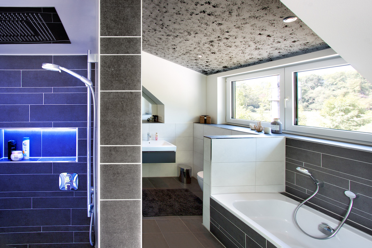 Geht man allerdings ins Bad zum Duschen, wird mit dem Lichtschalter nach drei Minuten automatisch die Lüftung auf volle Leistung hochgefahren, um den Duschnebel zu entfernen, zudem springt der Handtuchhalter zum Trocknen an
